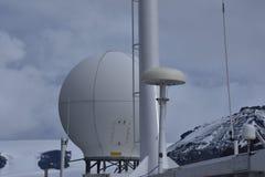 Radarradarkuppel auf einem Schiff Stockfotos