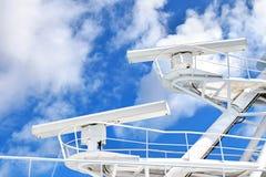 Radarsystem på masten av ett stort skepp fotografering för bildbyråer