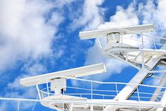 Radarsystemen op de mast van een groot schip stock afbeelding