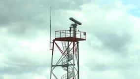 Radartoren bij de luchthaven stock footage