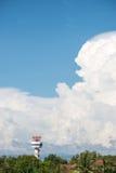 Radarturm in der Nähe der Flughafen mit großer Wolke und blauem Himmel Stockfoto