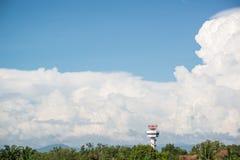 Radarturm in der Nähe der Flughafen mit großer Wolke und blauem Himmel in ho Stockbilder