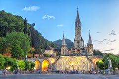 Radbandbasilika i aftonen i Lourdes royaltyfri bild