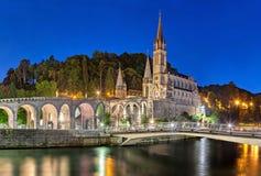 Radbandbasilika på natten i Lourdes Royaltyfria Foton