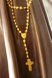 Radbandpärlor eller kors på statyn Royaltyfria Bilder