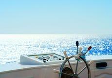 Radboot gegen das blaue Meer Stockfotografie