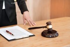 Radca prawny przedstawia klient podpisywałem kontrakt z dać zdjęcia stock