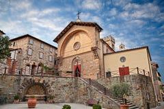 Radda im Chianti, Siena, Toskana, Italien: die alte Kirche und der Brunnen lizenzfreies stockfoto