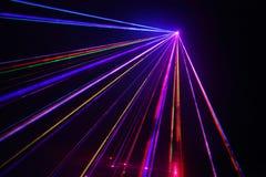 Raddalaser-strålar i dark på diskot. Royaltyfri Fotografi