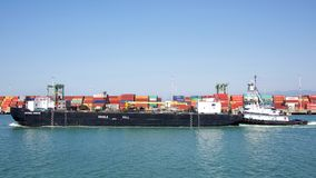 Raddoppi la chiatta sbucciata BERNIE BRIERE del petrolio che passa il porto di Oakland fotografia stock