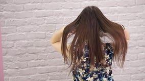 Raddrizzamento malato, tagliato e sano di cura di capelli Prima e dopo il trattamento stock footage