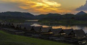 Radeau de bambou de coucher du soleil Photographie stock libre de droits
