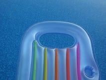 Radeau de piscine flottant dans une piscine de scintillement Photo stock