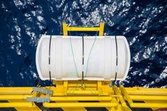 Radeau de sauvetage avec gonflable manuel de secours à échapper à la plate-forme de pétrole marin et de gaz images stock