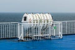 Radeau de sauvetage gonflable sur le ferry Image stock
