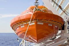 Radeau de sauvetage orange sur l'élévateur images stock