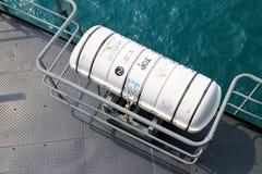 Radeau de sauvetage sur le bateau image stock