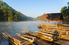 Radeau en bambou dans le bord de mer image libre de droits