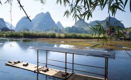 Radeau en bambou flottant sur une rivière avec photos libres de droits