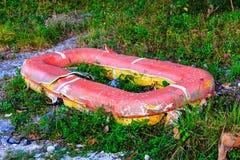 Radeau endommagé sur le rivage Situation dangereuse photographie stock