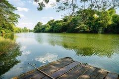 Radeau et arbres par la rivière Photos libres de droits