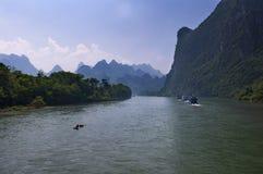 Radeau et bateaux traditionnels avec des touristes croisant dans Li River près de la ville de Yangshuo en Chine Photos libres de droits