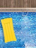Radeau gonflable sur la vue supérieure de piscine Photo libre de droits