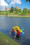 Radeau submersible jaune passant le château d'Inverness ! photographie stock