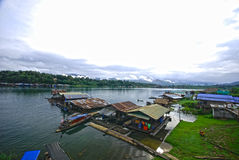 Radeau sur le fleuve dans Sangkhlaburi Image libre de droits