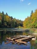 Radeau sur le lac sauvage image stock