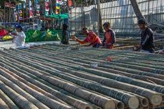 Radeaux en bambou de construction à Boracay, Philippines Photographie stock