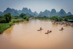Radeaux en bambou sur des montagnes de rivière et de karst photographie stock