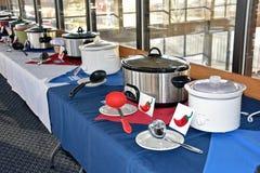 Raden av bilskrällekrukor för chili lagar mat av Arkivbild