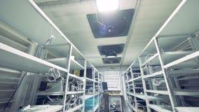 Raden av bitcoingruvarbetare ställde in på de band shelfsna Bryta cryptocurrencybegrepp Bitcoin lantgård Maskiner för att bryta lager videofilmer