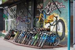 Raden av Electra cyklar stående det fria som är till salu på mitten för samtida konst WINZAVOD i Moskva royaltyfri fotografi
