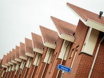 Raden av hus i en gata kallade Utsikt i staden av Almelo Nederländerna royaltyfri bild