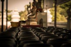Raden av munkens allmosa bowlar Wat Mong khonBophit tempel i Ayutthaya Thailand handelsresanden kan donera ett mynt för tradition royaltyfri fotografi
