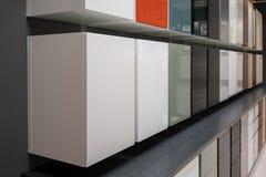 Raden av olika kabinetter och enheter i variationsfärg monterade på Royaltyfria Bilder