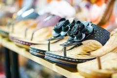 Raden av sandaler i ett skodon shoppar royaltyfri bild