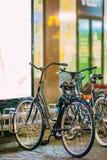 Raden av staden parkerade cyklar cyklar i europeisk stad i nattetid Arkivbilder
