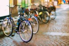 Raden av staden parkerade cyklar cyklar i europeisk stad Naturligt Defocused Arkivfoton
