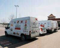 Raden av vita skåpbilar parkerade framme av möblemanglagret KIKA royaltyfria bilder