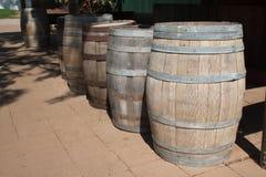 Raden av winebehållare plattforer utomhus- Royaltyfria Bilder