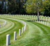 Rader av allvarliga markörer i en militär kyrkogård Royaltyfri Fotografi