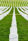 Rader av allvarliga markörer i en militär kyrkogård Arkivfoto