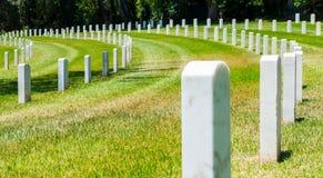 Rader av allvarliga markörer i en militär kyrkogård Fotografering för Bildbyråer