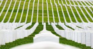 Rader av allvarliga markörer i en militär kyrkogård Arkivbilder