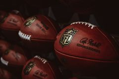 Rader av amerikansk fotboll klumpa ihop sig i NFL-erfarenhet i Times Square, New York royaltyfria bilder