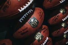 Rader av amerikansk fotboll klumpa ihop sig i NFL-erfarenhet i Times Square, New York arkivfoton
