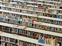 Rader av böcker i ett offentligt bibliotek royaltyfria foton